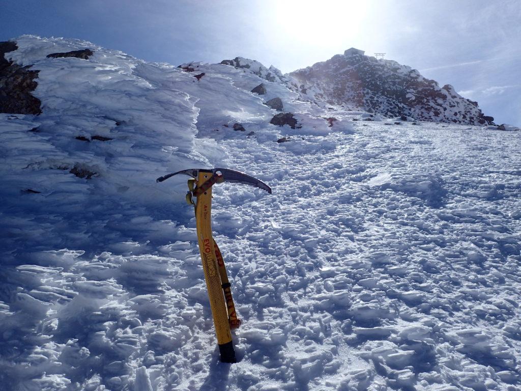 厳冬期の乗鞍岳稜線でグリベルのピッケルであるエアーテックエヴォリューションの記念撮影