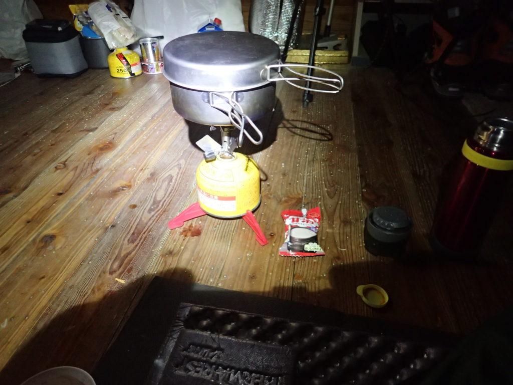 冬の避難小屋でイワタニプリムスのP153ウルトラバーナーを使ってフリーズドライの甘酒を飲むためのお湯を沸かす