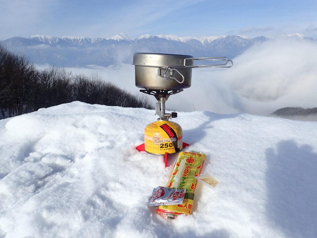 冬の光城山の雪上でイワタニプリムスのP153ウルトラバーナーを使ってラーメンを調理