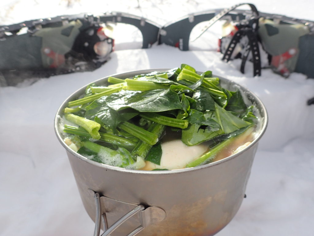 冬の霧ヶ峰高原の雪上でイワタニプリムスのP153ウルトラバーナーを使ってラーメンを調理