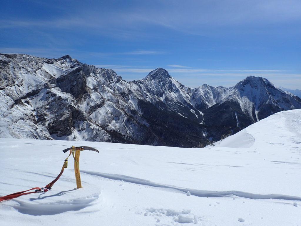 八ヶ岳の硫黄岳に向かう稜線で赤岳と阿弥陀岳を背景にグリベルのピッケルであるエアーテックエヴォリューションの記念撮影