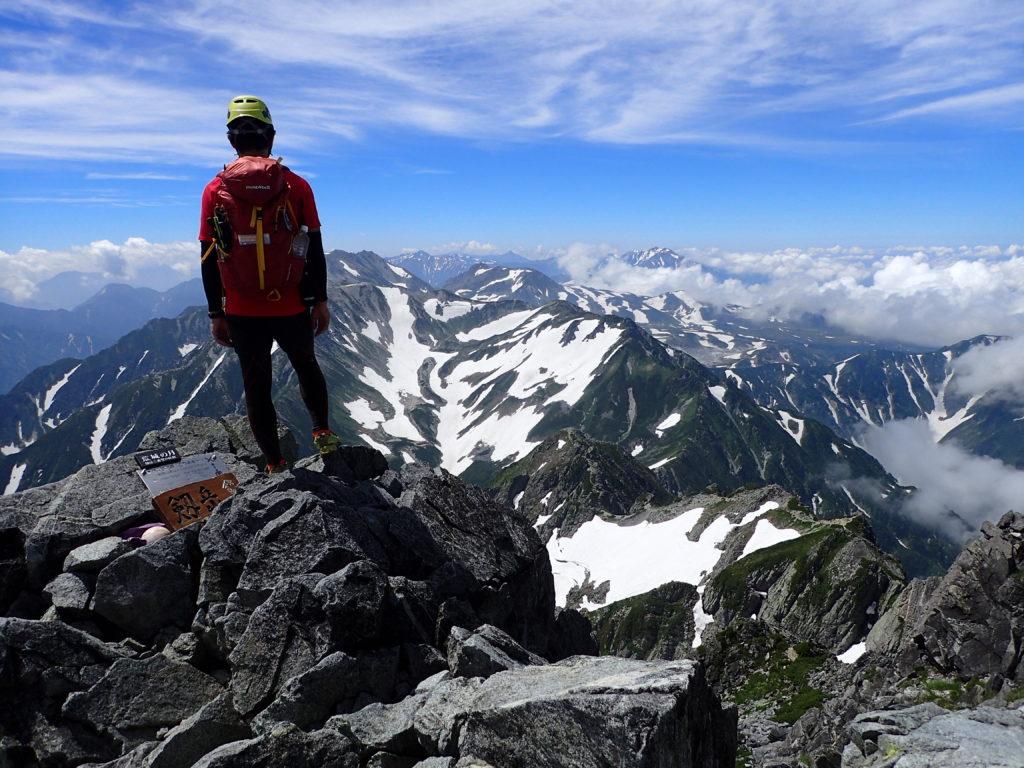 剱岳山頂でペツルの登山用ヘルメットであるエリオスをかぶって記念撮影