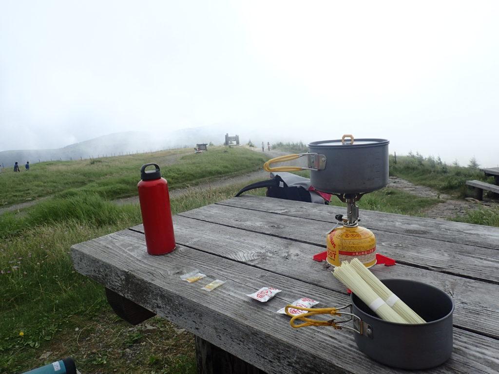美ヶ原の王ヶ頭ホテル前でイワタニプリムスのP153ウルトラバーナーを使ってラーメンを調理