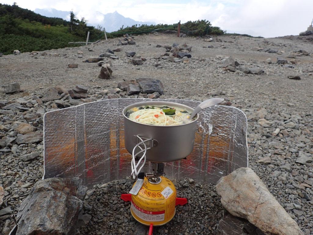 蝶ヶ岳ヒュッテテント場でイワタニプリムスのP153ウルトラバーナーでラーメンを調理