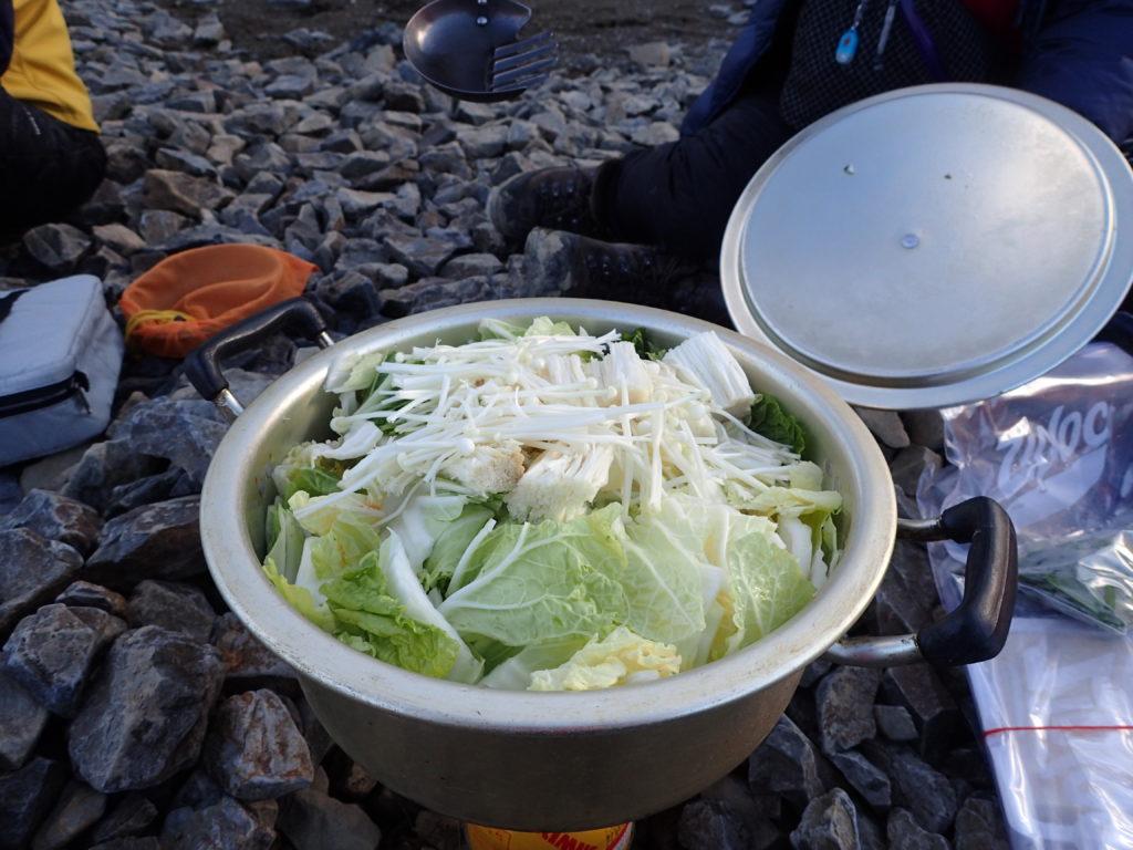 イワタニプリムスの登山用バーナーであるP153ウルトラバーナーを使い、蝶ヶ岳ヒュッテのテント場で大鍋でキムチ鍋を調理