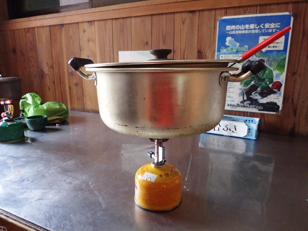 イワタニプリムスの登山用バーナーであるP153ウルトラバーナーを使い、蝶ヶ岳ヒュッテの炊事場で大鍋でキムチ鍋を調理