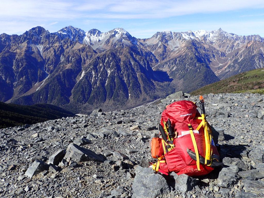 槍穂高の稜線を背景にザックに外付けしたグリベルのピッケルであるエアーテックエヴォリューションを記念撮影