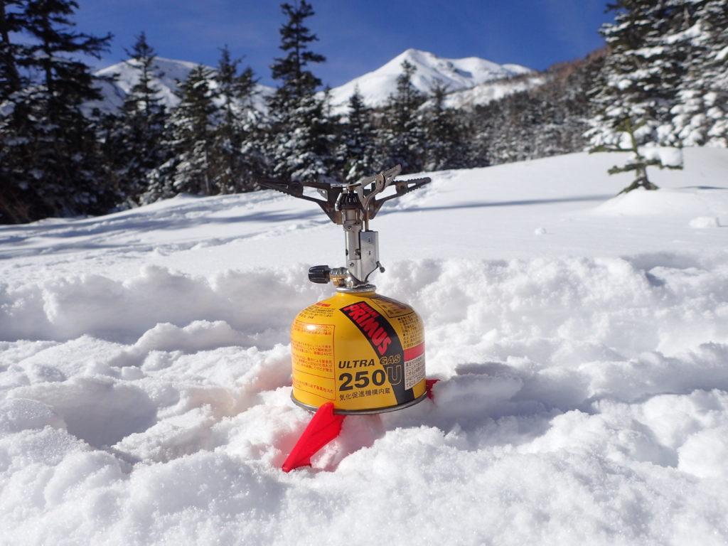 イワタニプリムスの登山用バーナーであるP153ウルトラバーナーを使い冬の乗鞍岳の雪上でミネストローネを調理