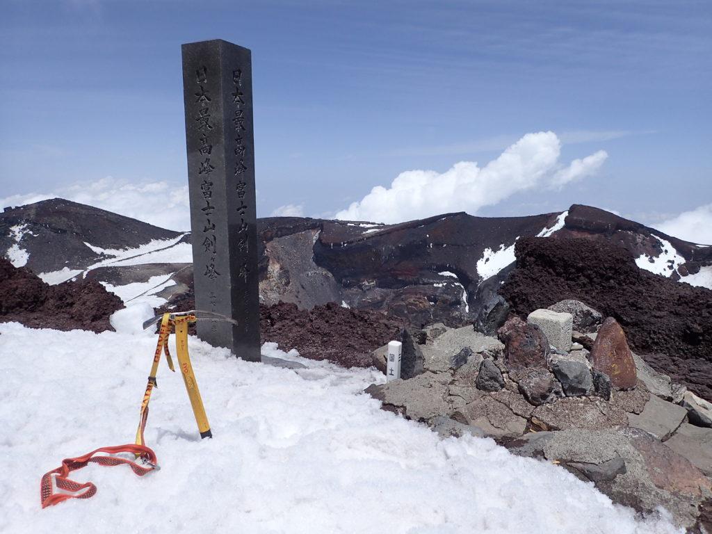 残雪の日本最高峰富士山剣ヶ峰登山でグリベルのピッケルであるエアーテックエヴォリューションの記念撮影
