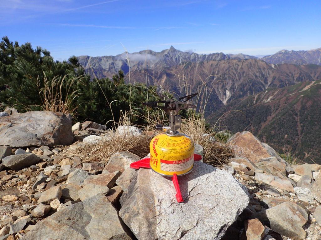 常念岳山頂でイワタニプリムスの登山用バーナーであるP153ウルトラバーナーを使って調理