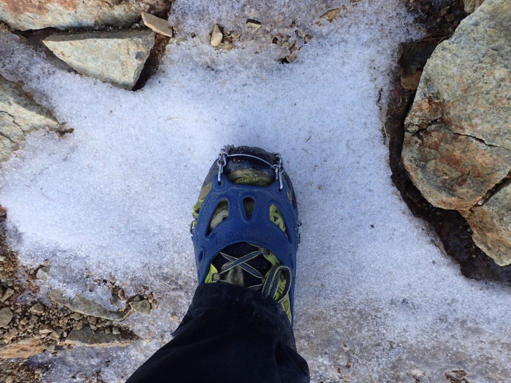 大天井岳の山頂直下で登山道に雪が着き始めたのでチェーンスパイクを装着