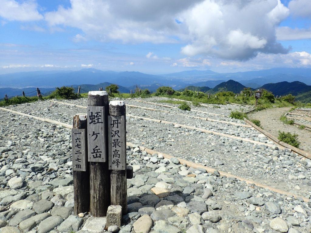ひと夏での日本百名山全山日帰り登山で撮影した丹沢の蛭ヶ岳の山頂標