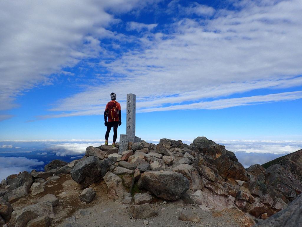 ひと夏での日本百名山全山日帰り登山91座目の白山(御前峰)の山頂での記念写真