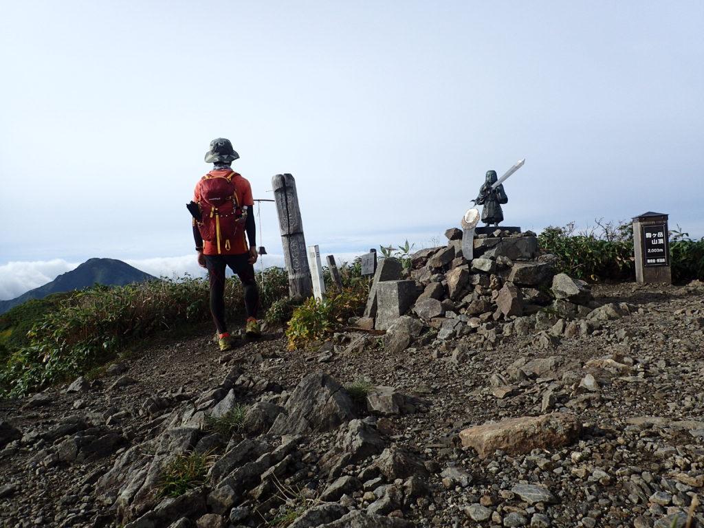 ひと夏での日本百名山全山日帰り登山84座目の越後駒ヶ岳の山頂での記念写真