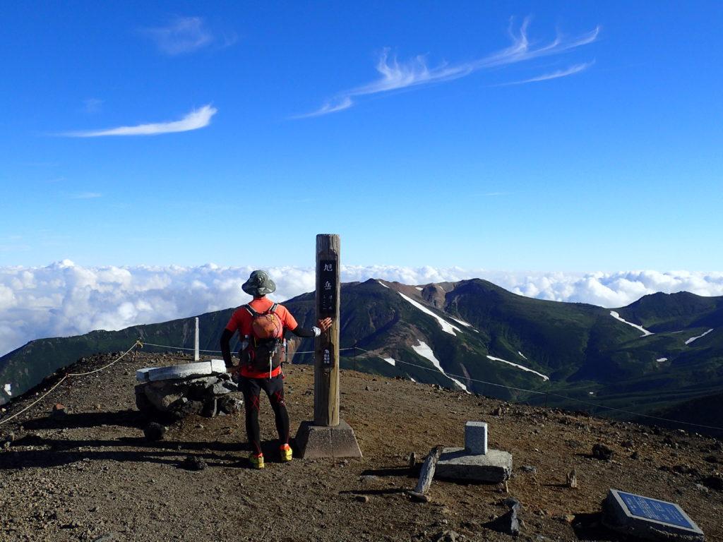 ひと夏での日本百名山全山日帰り登山55座目の大雪山(旭岳)の山頂での記念写真
