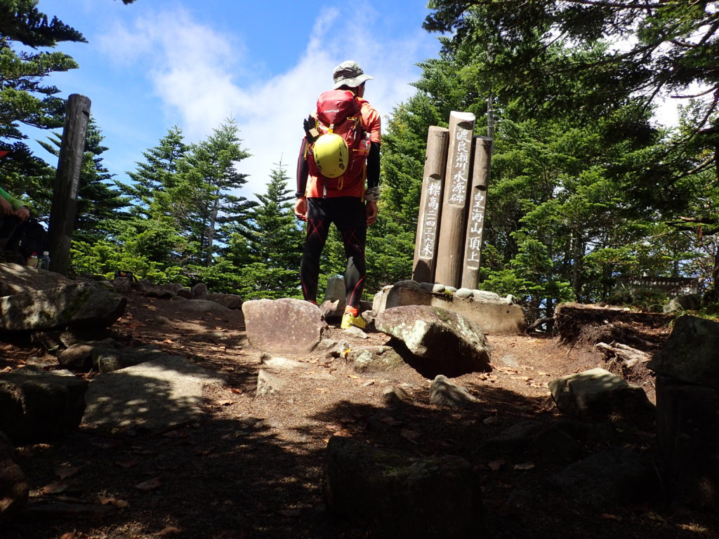 ひと夏での日本百名山全山日帰り登山82座目の皇海山の山頂での記念写真