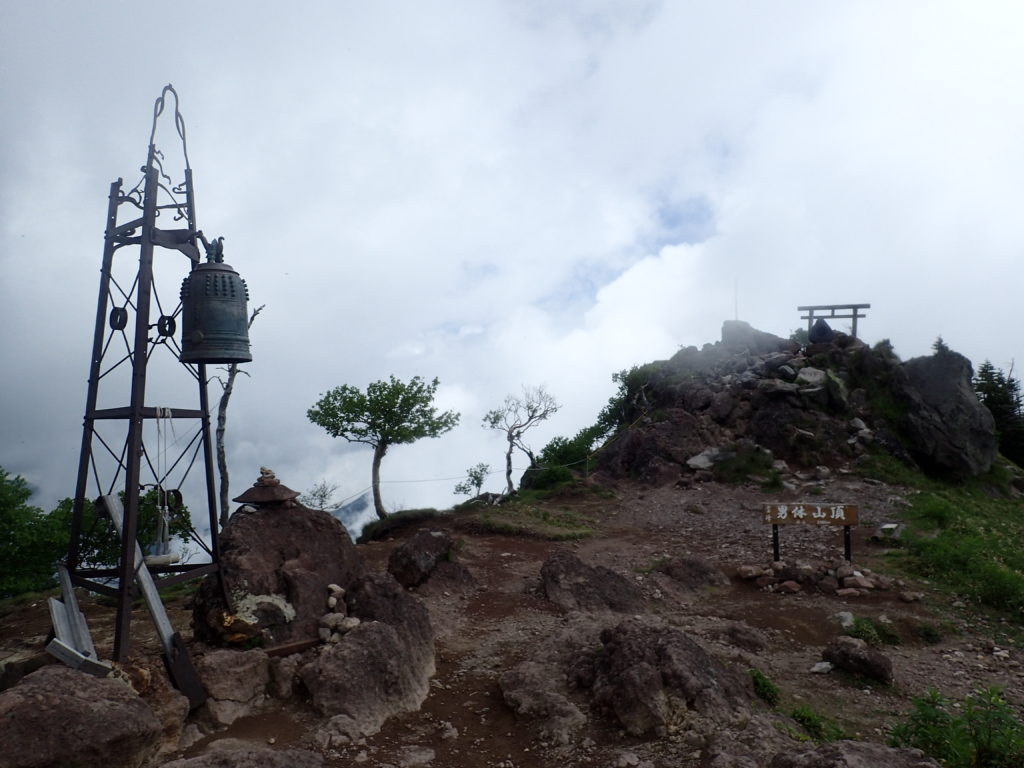 ひと夏での日本百名山全山日帰り登山で撮影した男体山の山頂標