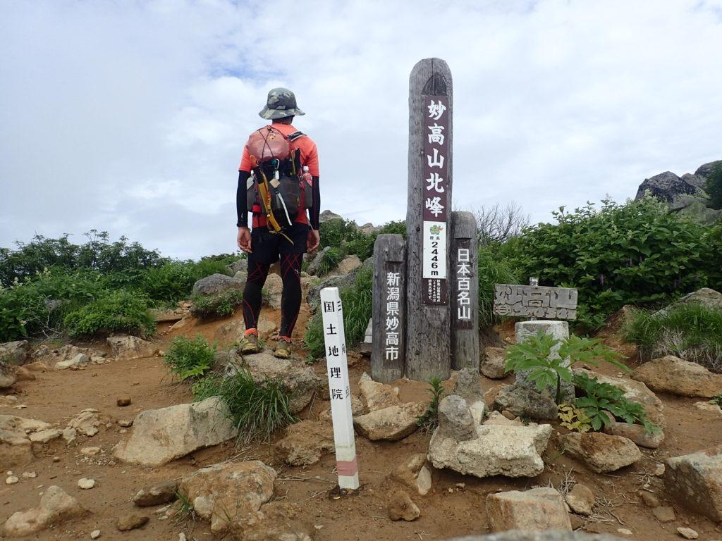 ひと夏での日本百名山全山日帰り登山43座目の妙高山の山頂での記念写真