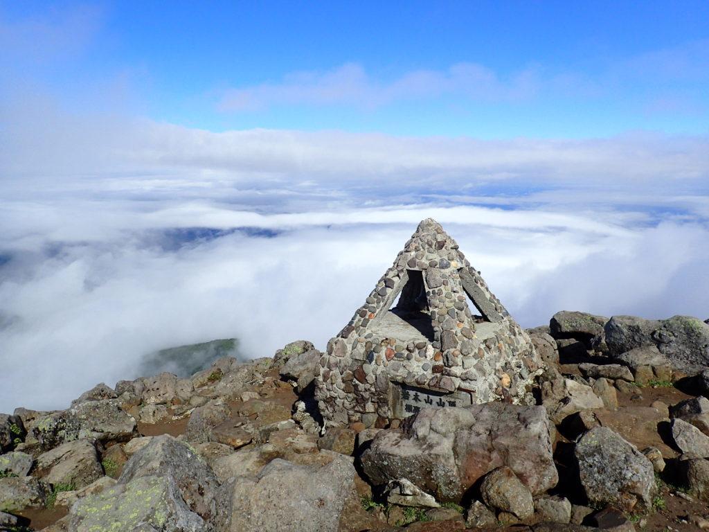 ひと夏での日本百名山全山日帰り登山で撮影した岩木山の山頂標