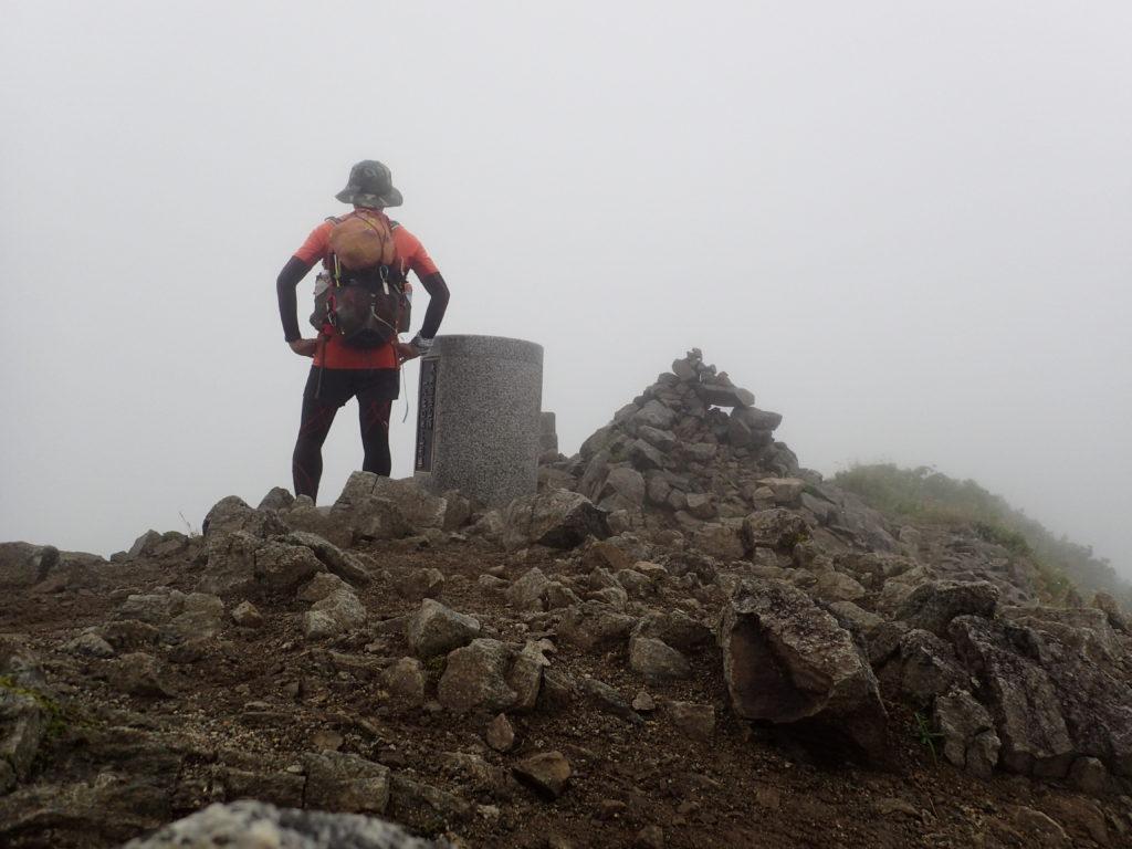 ひと夏での日本百名山全山日帰り登山65座目の朝日岳の山頂での記念写真