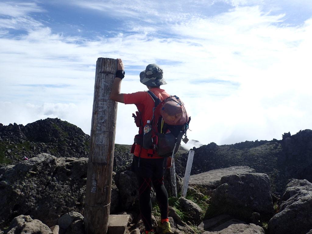 ひと夏での日本百名山全山日帰り登山57座目のトムラウシ山の山頂での記念写真