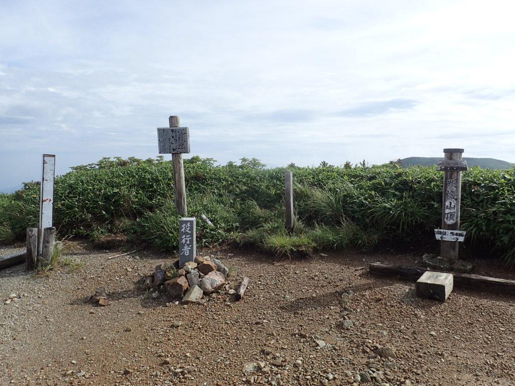 ひと夏での日本百名山全山日帰り登山で撮影した巻機山の山頂標