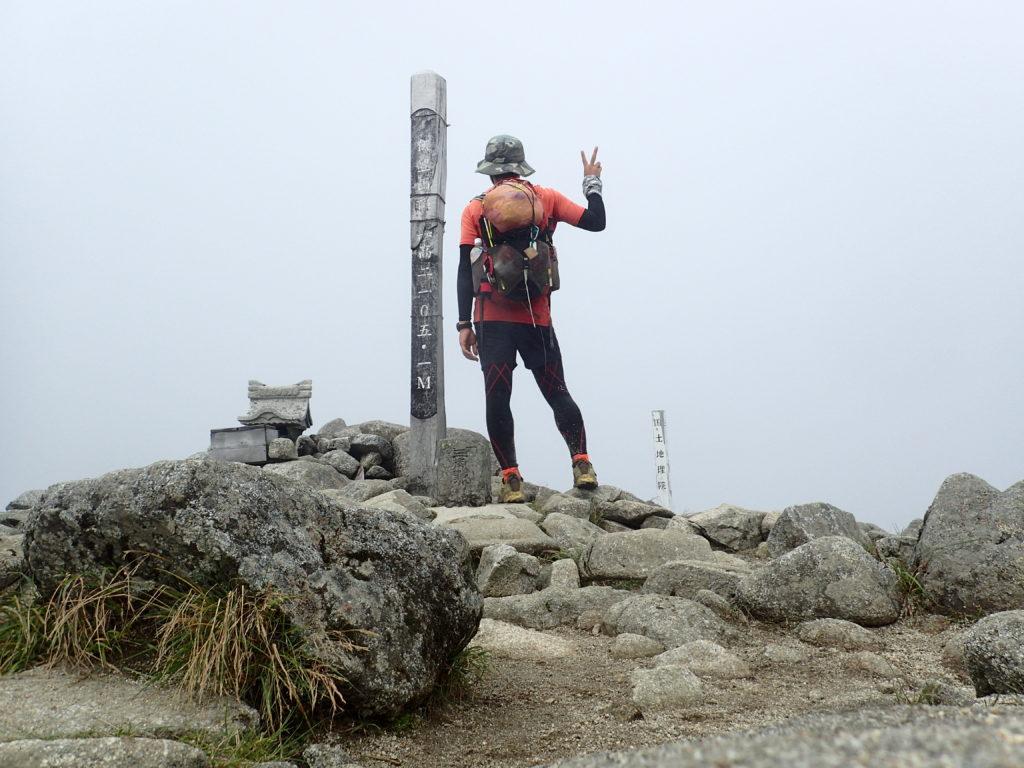 ひと夏での日本百名山全山日帰り登山66座目の飯豊山の山頂での記念写真