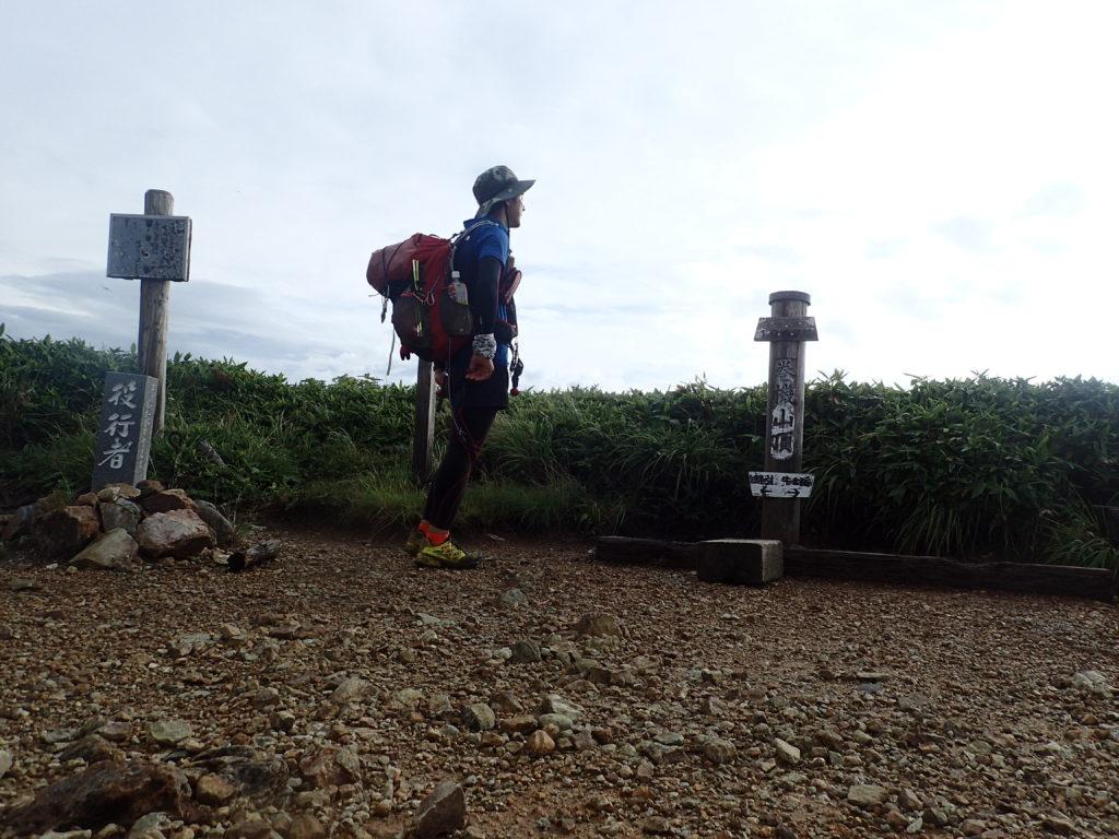 ひと夏での日本百名山全山日帰り登山71座目の巻機山の山頂での記念写真