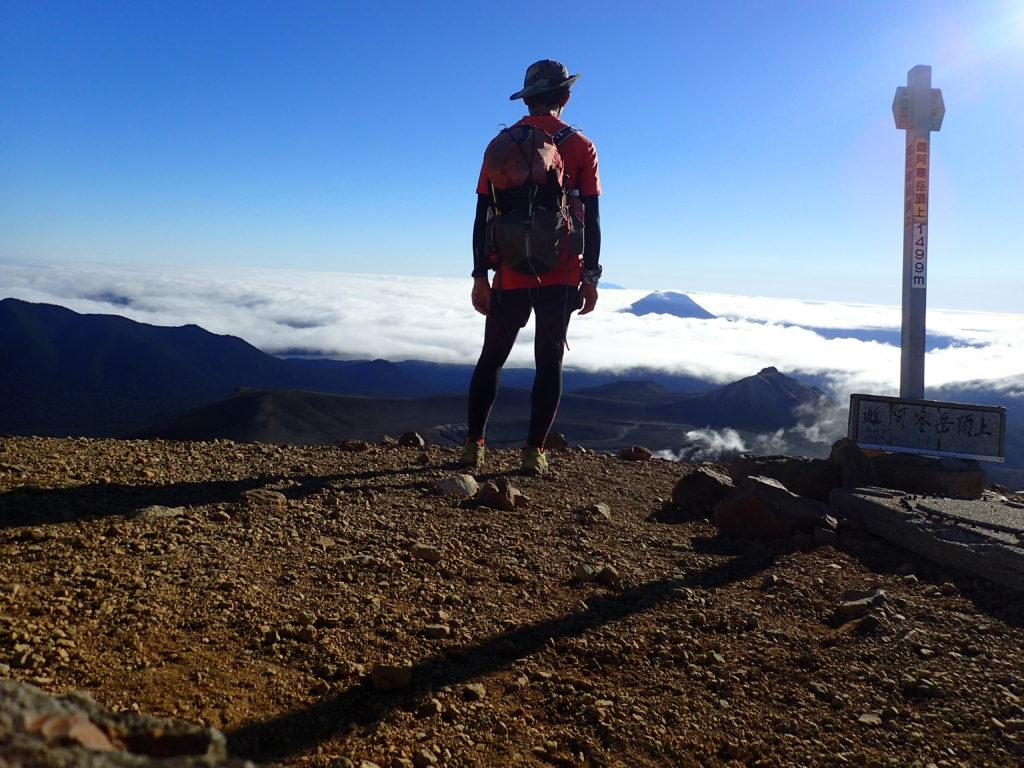 ひと夏での日本百名山全山日帰り登山58座目の阿寒岳(雌阿寒岳) の山頂での記念写真