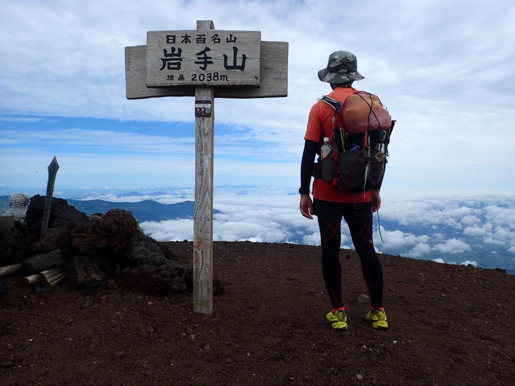 ひと夏での日本百名山全山日帰り登山51座目の岩手山の山頂での記念写真