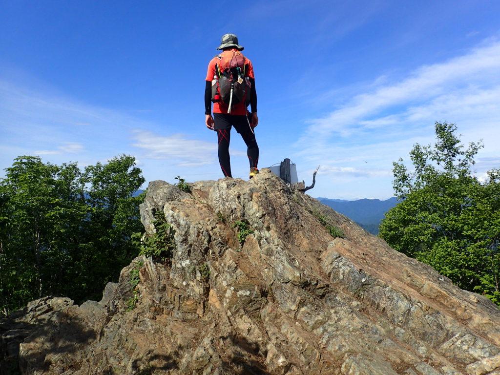 ひと夏での日本百名山全山日帰り登山45座目の両神山の山頂での記念写真