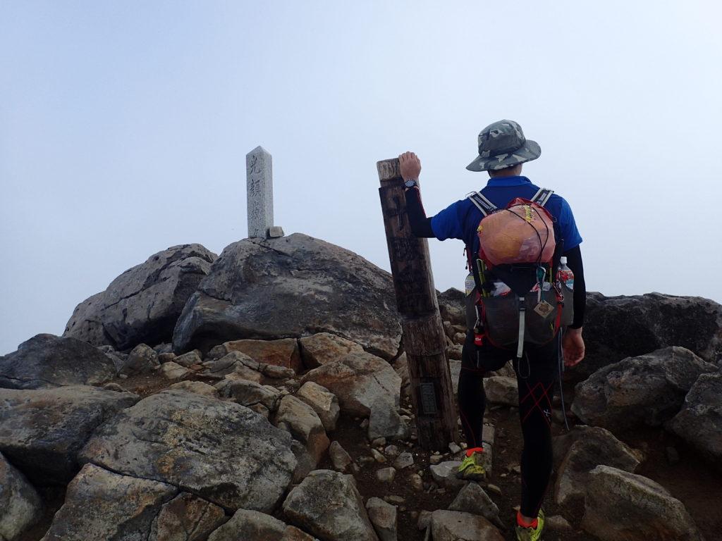 ひと夏での日本百名山全山日帰り登山54座目の十勝岳の山頂での記念写真