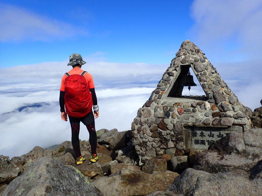 ひと夏での日本百名山全山日帰り登山62座目の岩木山の山頂での記念写真