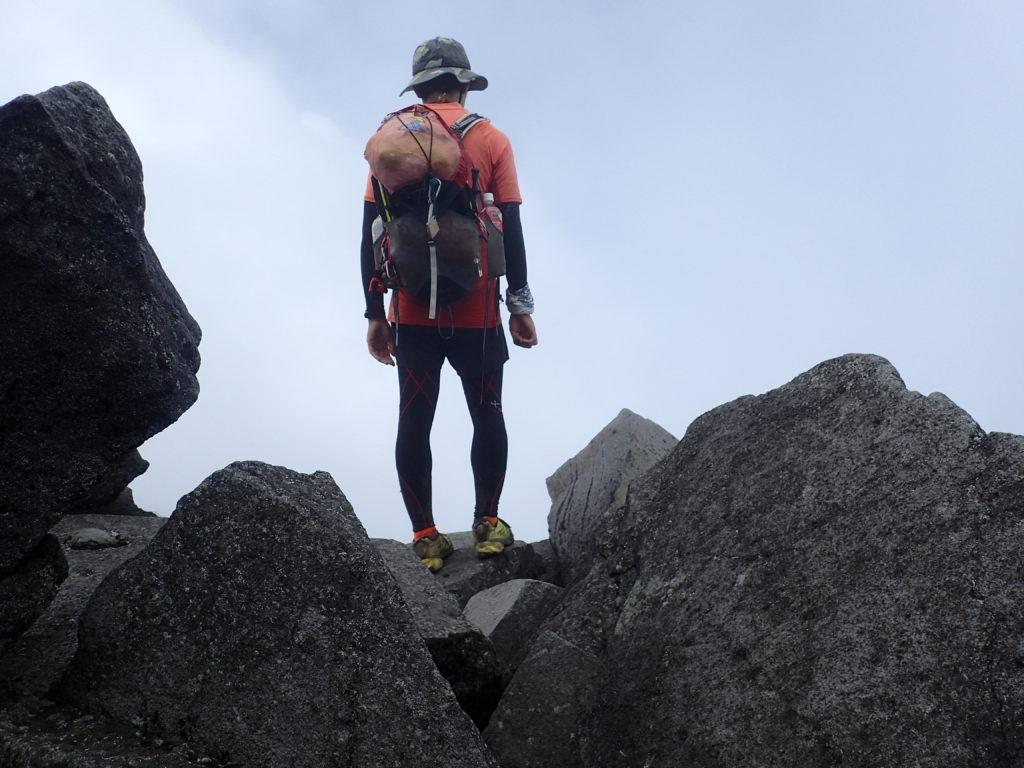 ひと夏での日本百名山全山日帰り登山63座目の鳥海山の山頂での記念写真