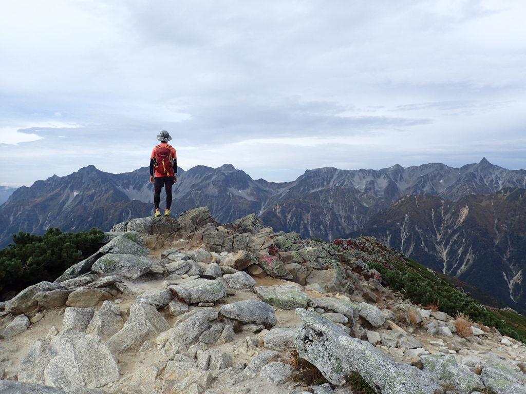 ひと夏での日本百名山全山日帰り登山88座目の常念岳の山頂での記念写真