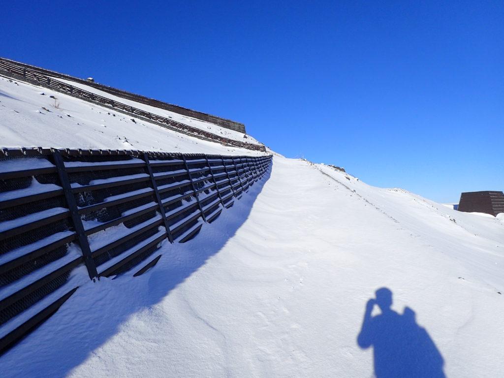 雪が積もった冬の富士山の登山道