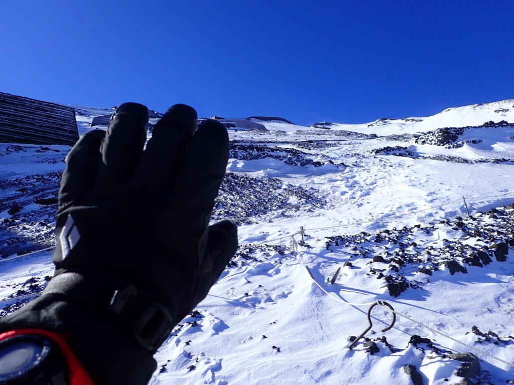冬の富士山登山の8合目付近でブラックダイヤモンドの雪山登山用グローブであるソロイストの記念写真