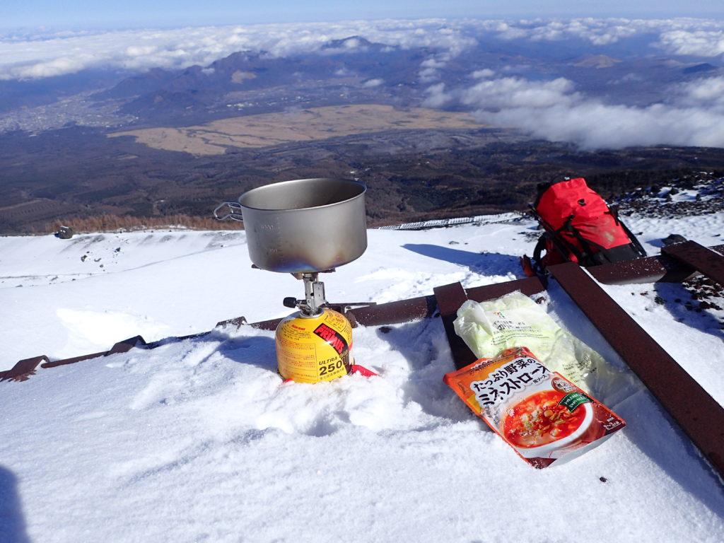 冬の富士山登山でイワタニプリムスの登山用バーナーであるp153ウルトラバーナーでミネストローネを調理