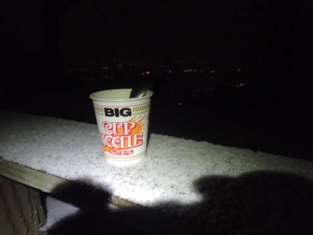 雪が降る夜の光城山山頂で食べたカップヌードル