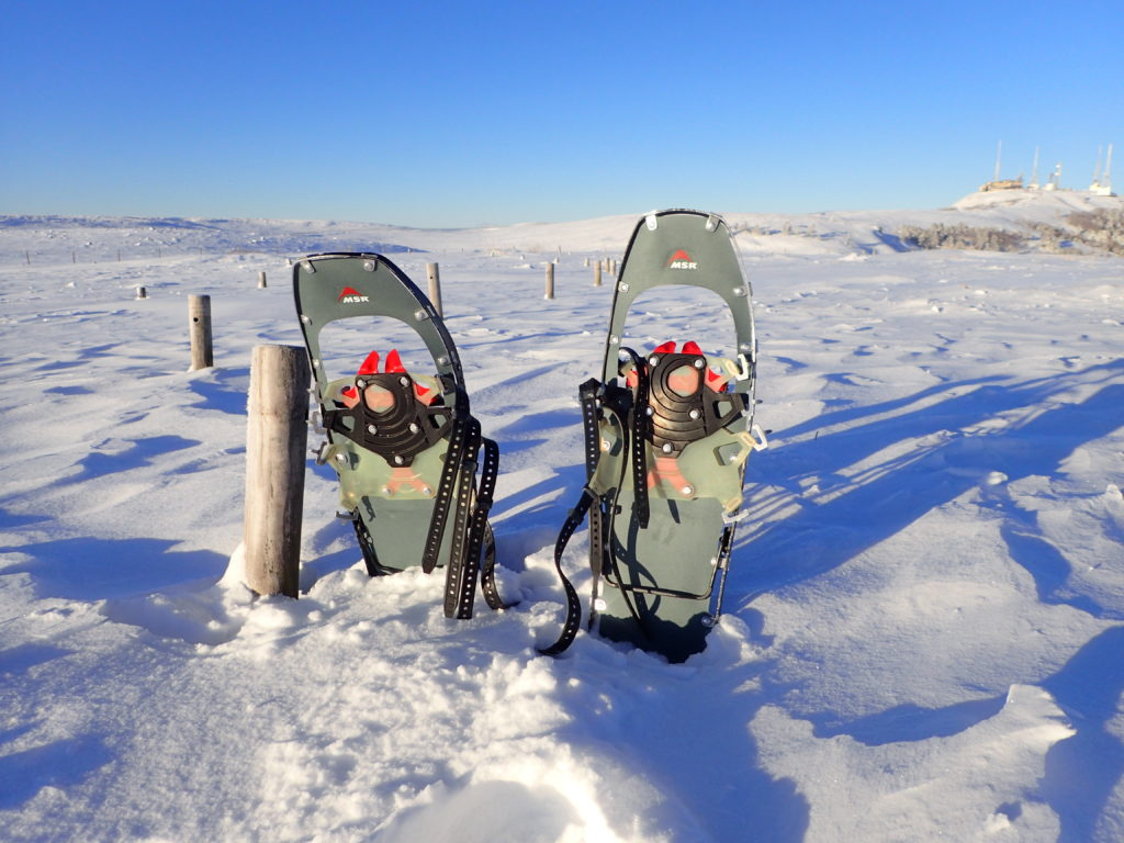 冬の美ヶ原登山でMSRのスノーシューであるライトニングアッセントの記念撮影