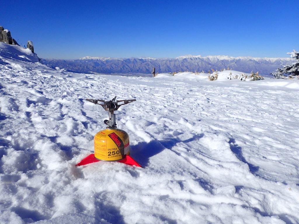 冬の美ヶ原の王ヶ鼻でイワタニプリムスの登山用ガスバーナーであるP153ウルトラバーナーでミネストローネを調理