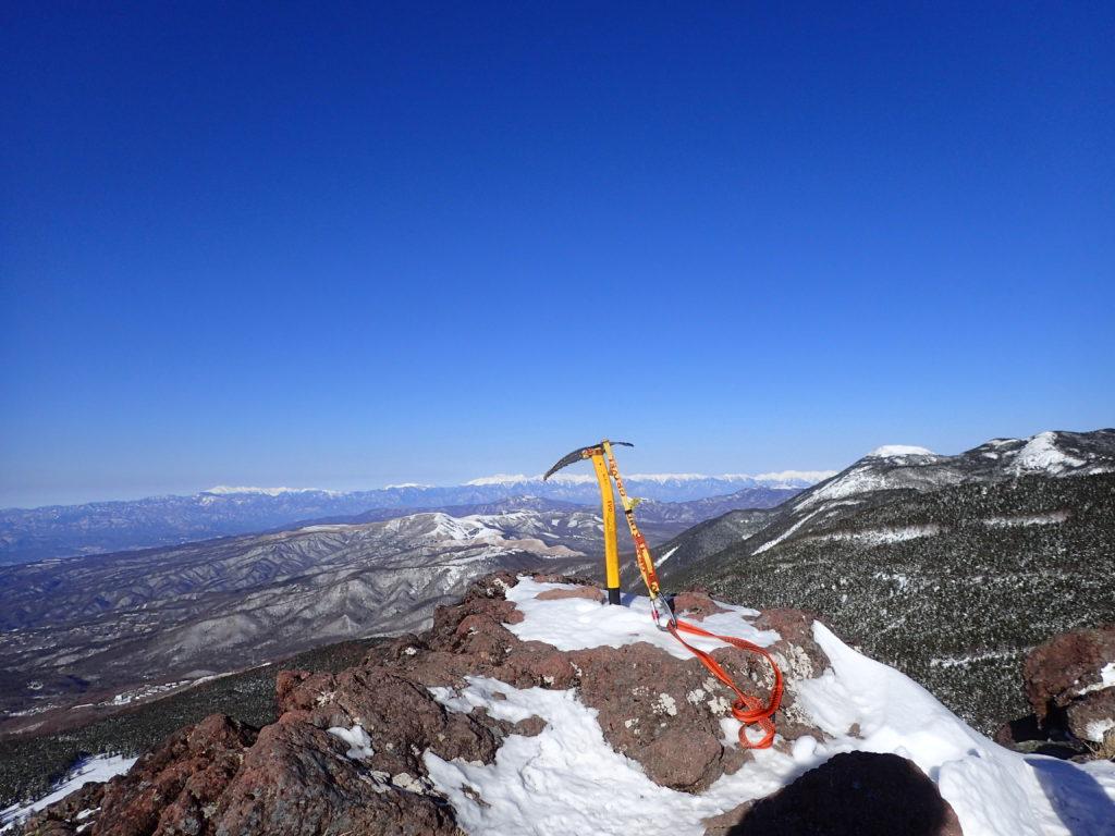 冬の北八ヶ岳の茶臼山展望台でグリベルのピッケルであるエアーテックエヴォリューションの記念撮影