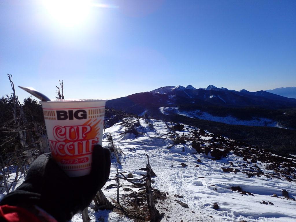 冬の北八ヶ岳の茶臼山山頂から八ヶ岳を眺めながら食べるカップラーメン