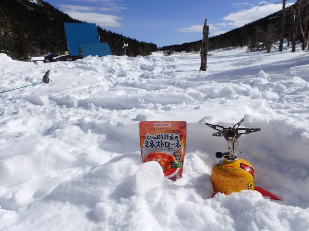 北八ヶ岳の縞枯山荘付近でイワタニプリムスの登山用ガスバーナーであるp153ウルトラバーナーを使ってミネストローネを調理
