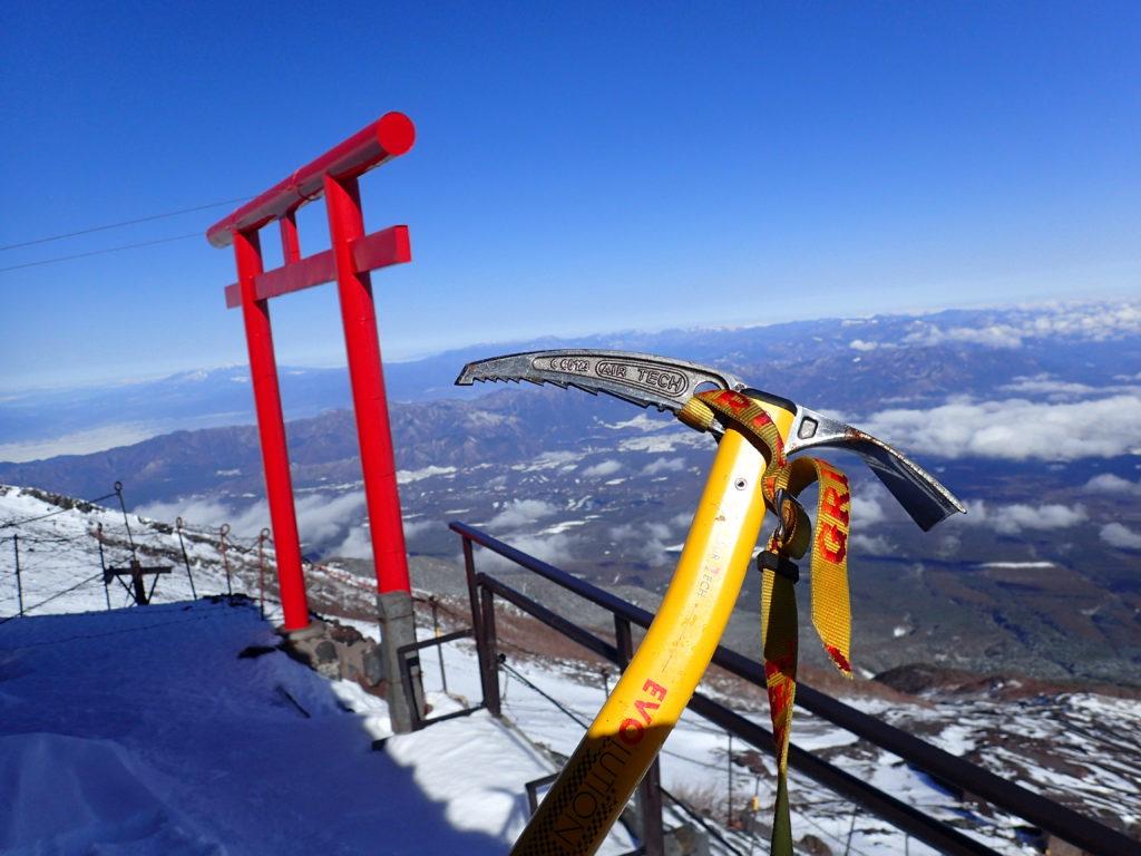 冬の富士山8合目の鳥居荘の鳥居を背景にグリベルのピッケルであるエアーテックエヴォリューションの記念撮影