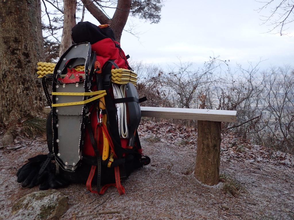 里山でスノーシューなどをザックに外付けし厳冬期装備を背負ってのトレーニング
