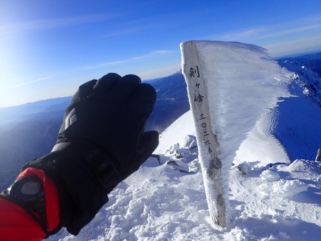 冬の乗鞍岳剣ヶ峰の山頂でブラックダイヤモンドの冬山用グローブであるソロイストの記念撮影