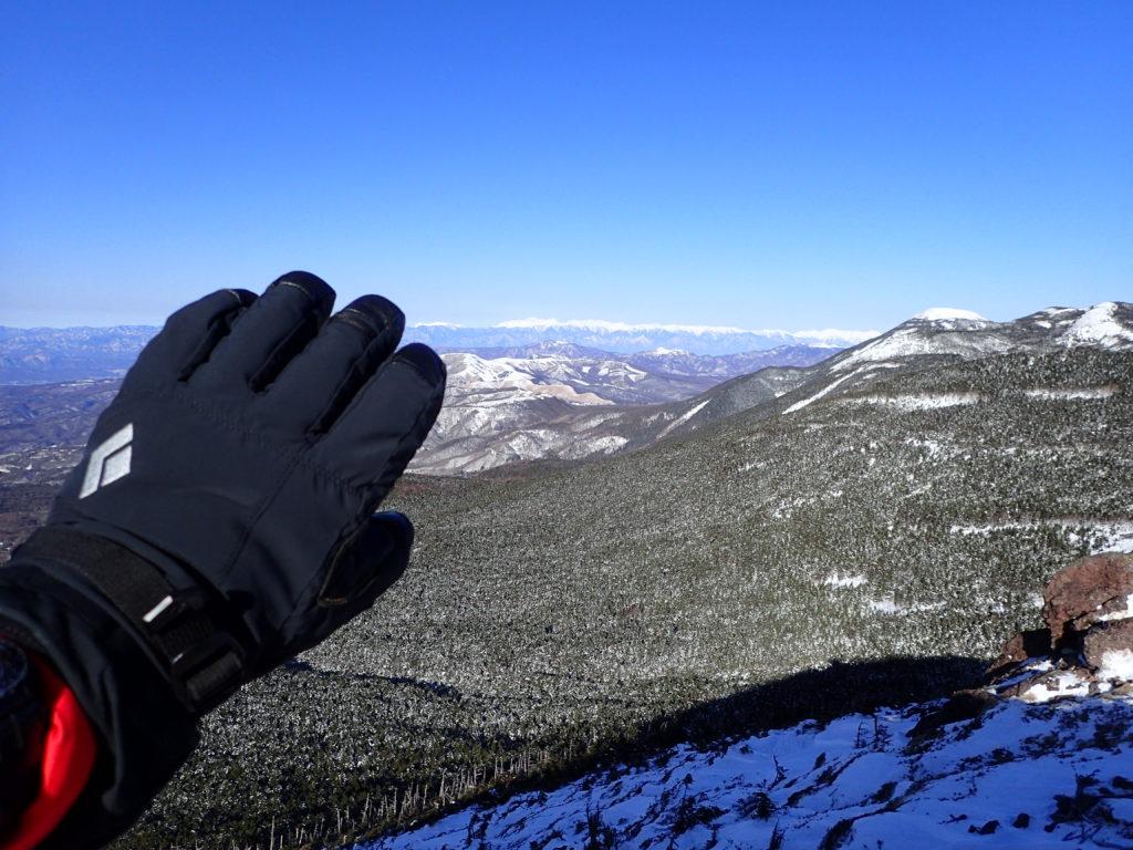 冬の北八ヶ岳の茶臼山展望台でブラックダイヤモンドの雪山用登山グローブであるソロイストの記念撮影