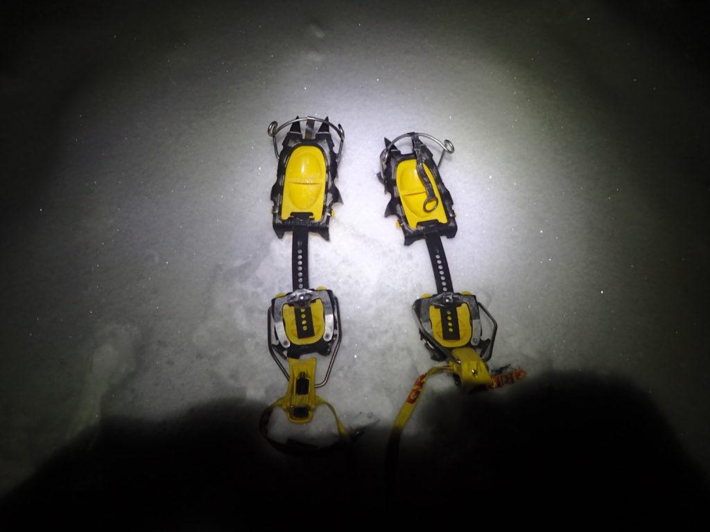 冬の蓼科山の幸徳平付近で、その先の急登に備えグリベルの12本爪アイゼンであるG12を装着準備