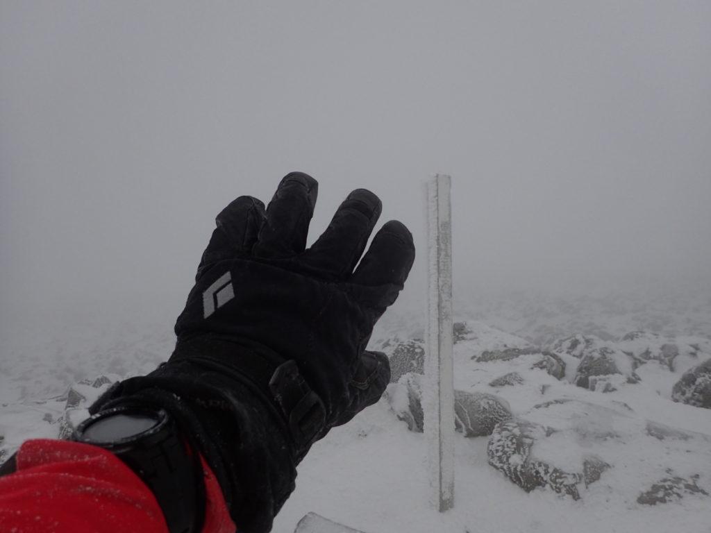 ホワイトアウト状態の冬の蓼科山の山頂でブラックダイヤモンドの雪山用グローブであるソロイストの記念撮影